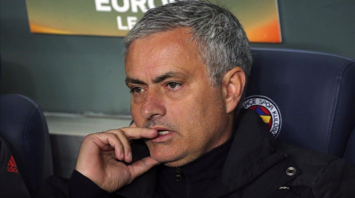 Mourinho, en el banquillo durante el Fenerbahçe-Manchester United.