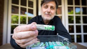 Miquel Peralta muestra algunos de los productos homeopáticos que utiliza su familia.