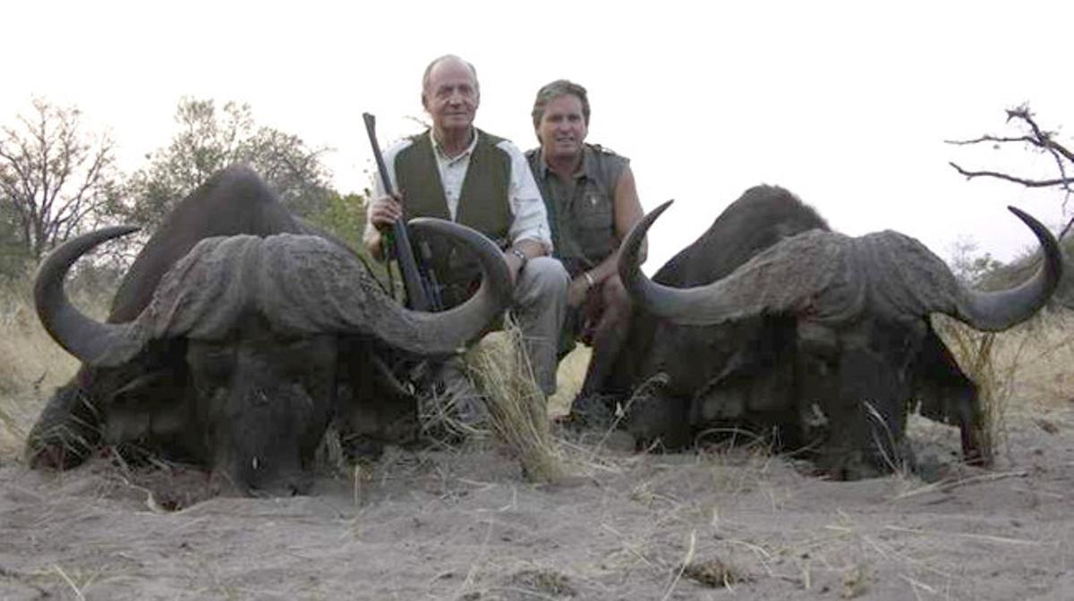 Juan Carlos junto a Jeff, propietario de Rann Safaris, junto a dos búfalos muertos en el safari.