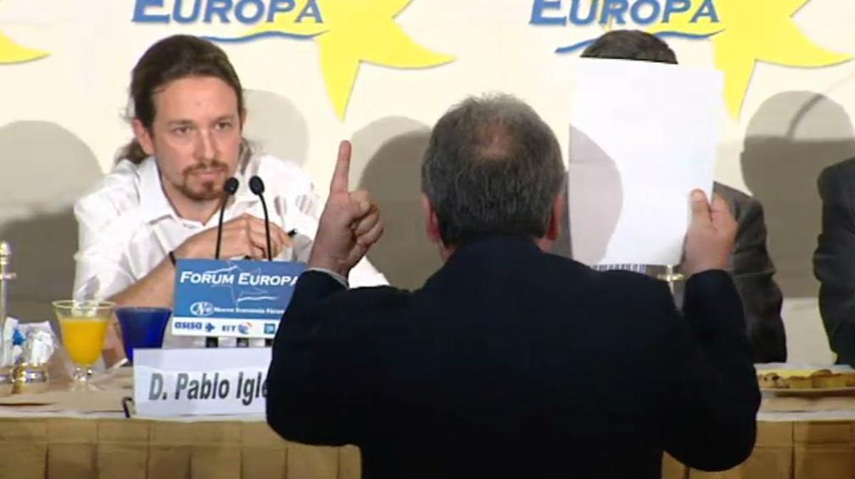 El espontáneo recrimina a Pablo Iglesias su vinculación con el chavismo.