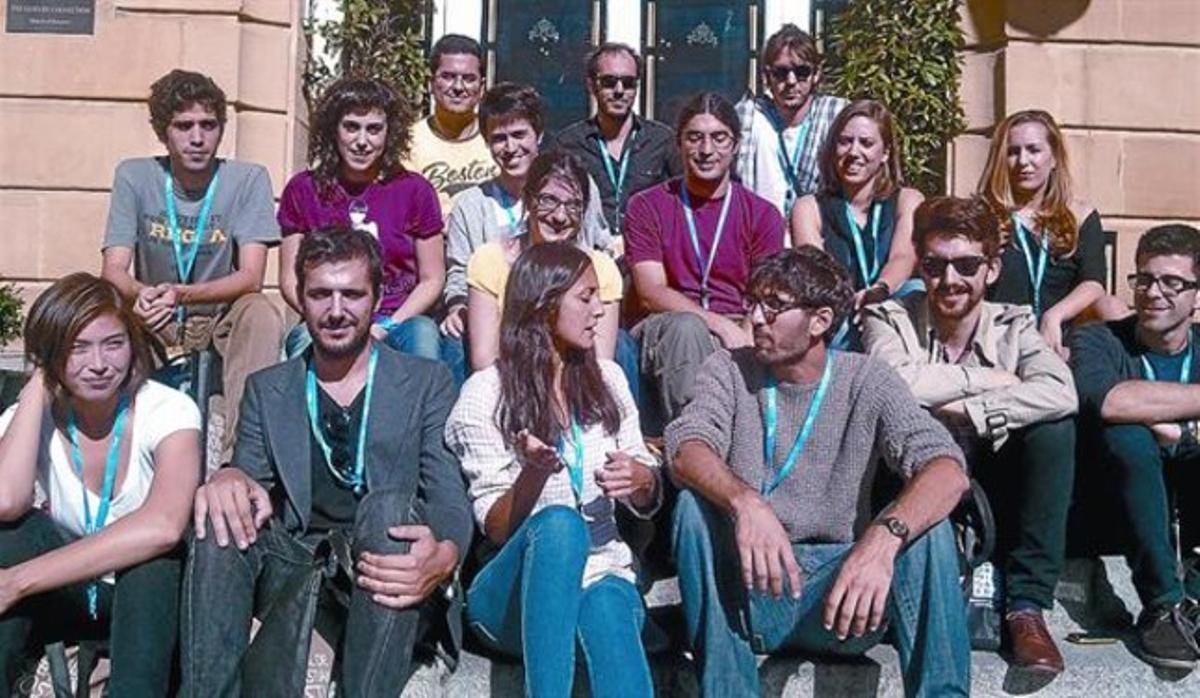Los directores de 'Puzzled love', ayer en San Sebastián junto a los actores y los profesores de la ESCAC.