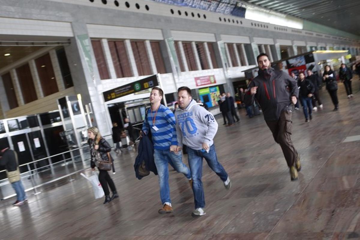 Familiares de los pasajeros que viajaban a bordo del avión de Germanwings estrellado en los Alpes, esta mañana en El Prat.
