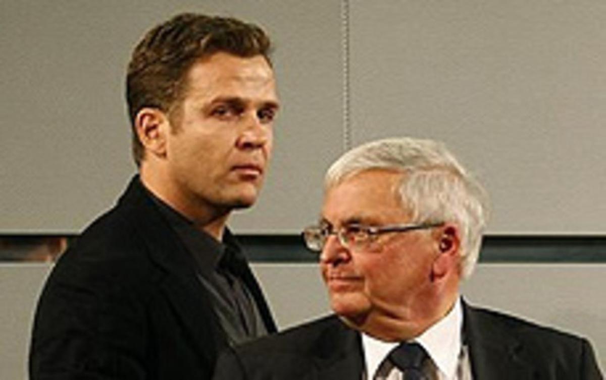 El presidente de la Federación alemana de fútbol (DFB) Theo Zwanziger (derecha) junto a Oliver Bierhoff.