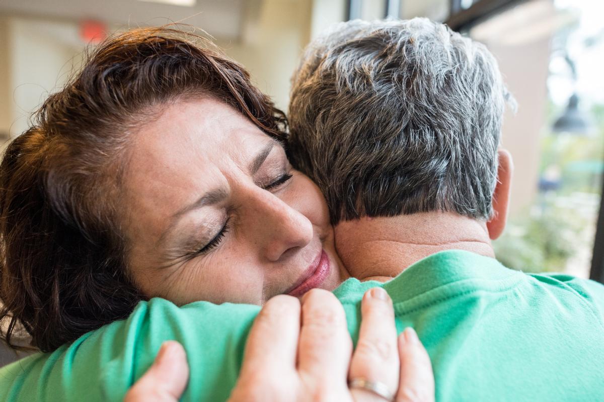 Dos personas abrazándose