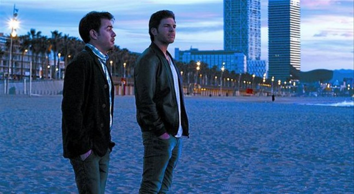 Una escena de la película de Dani de la Orden rodada en la playa dela Barceloneta. Debajo, carátula del DVD que ofrecerá EL PERIÓDICO.