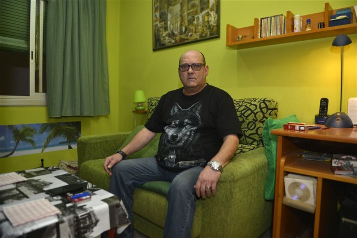 El exalumno de los Maristas de Sants-Les Corts Jordi Navarro, este domingo en su casa, en L'Hospitalet de Llobregat.