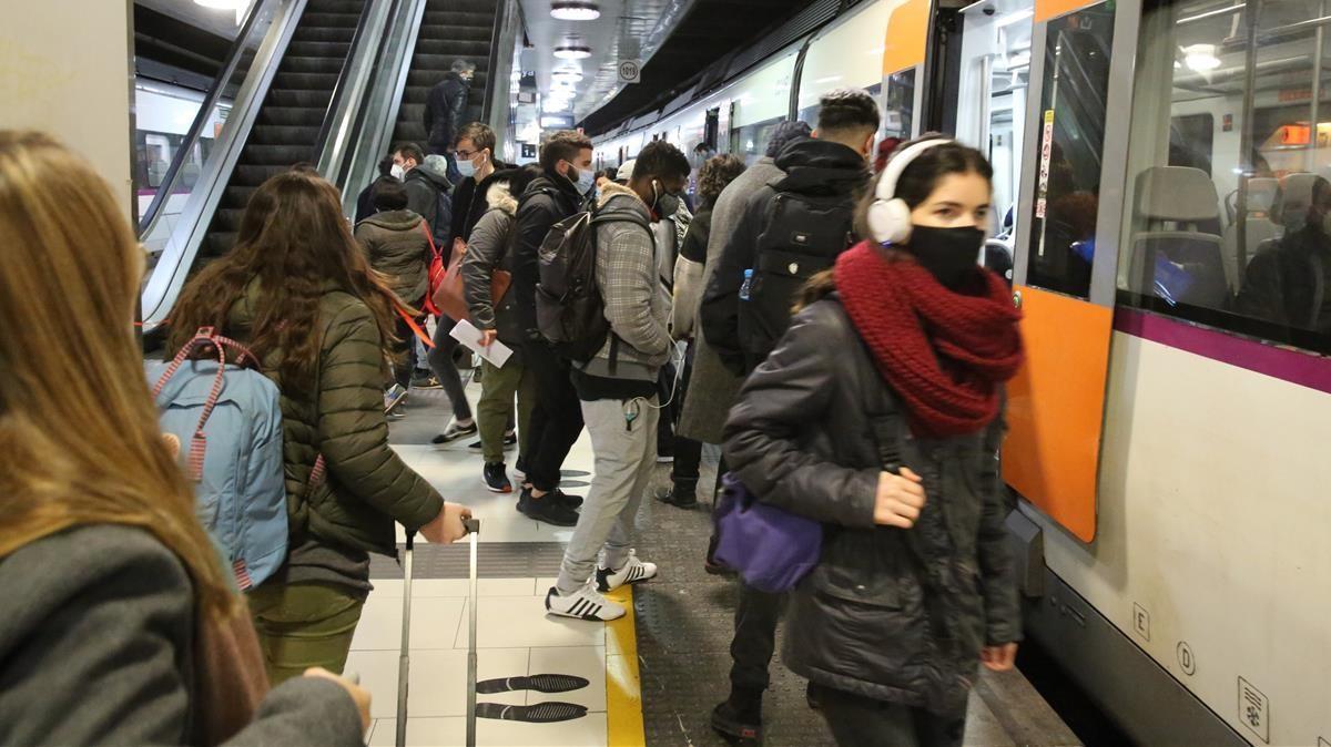 Usuarios de Renfe, entrando en un convoy en la estación de la plaza de Catalunya, Barcelona.