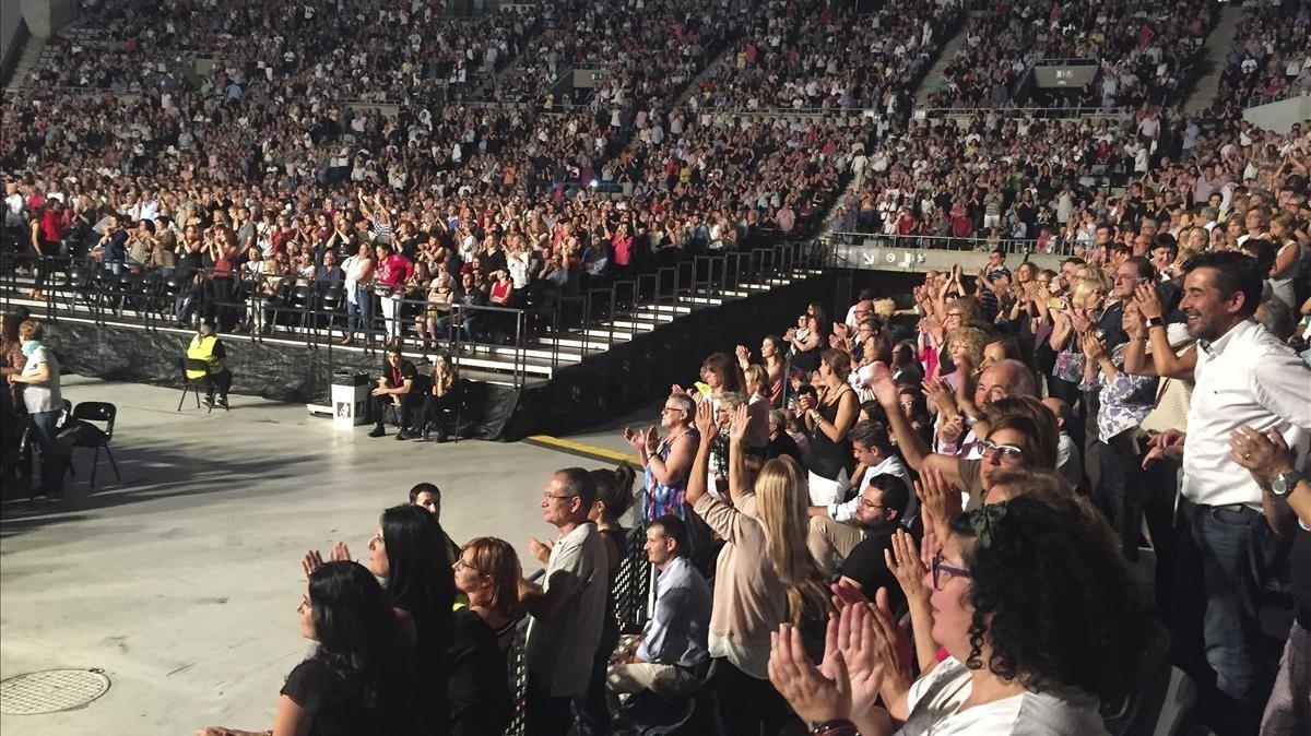 El público ovacionando al cantante de Linares.
