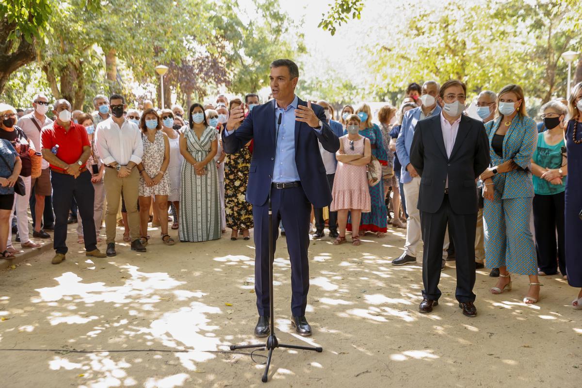 El presidente del Gobierno, Pedro Sánchez, y el presidente de la Junta de Extremadura, Guillermo Fernández Vara, este 26 de agosto de 2021 durante su visita a Navalmoral de la Mata, en Cáceres.