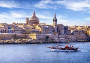 Confinados en Malta 31 estudiantes de Tarragona por un positivo en el avión