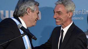 Mario Meoni, derecha, saluda el presidente de Argentina,  Alberto Fernández, el día de su juramento como miembro del Gobierno en  diciembre de 2019 en la Casa Rosada.