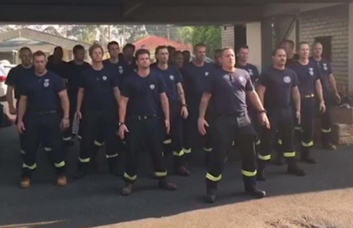 El 'haka' dels bombers de Nova Zelanda després d'haver ajudat en l'extinció d'incendis a Austràlia