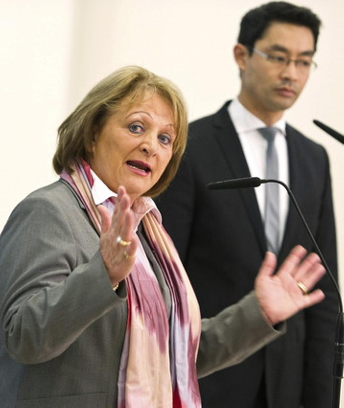 La ministra alemana de Tecnología, Leutheusser-Schnarrenberger, y el de Economía, Rösler, en rueda de prensa sobre el espionaje en EEUU, el pasado 16 de junio.