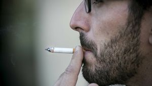 Una persona fumando, en una imagen de archivo.