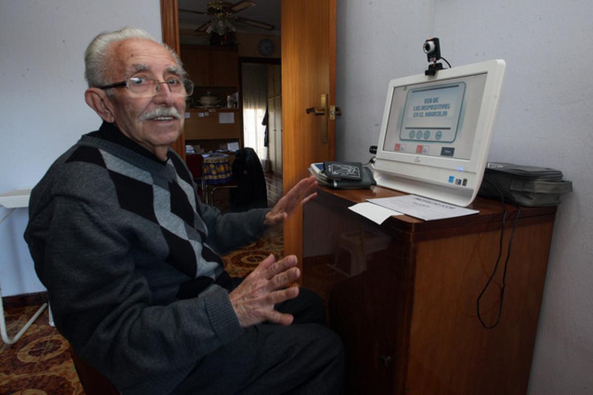 Josep Borrás López, en casa, frente a la pantalla táctil, el pasado martes.