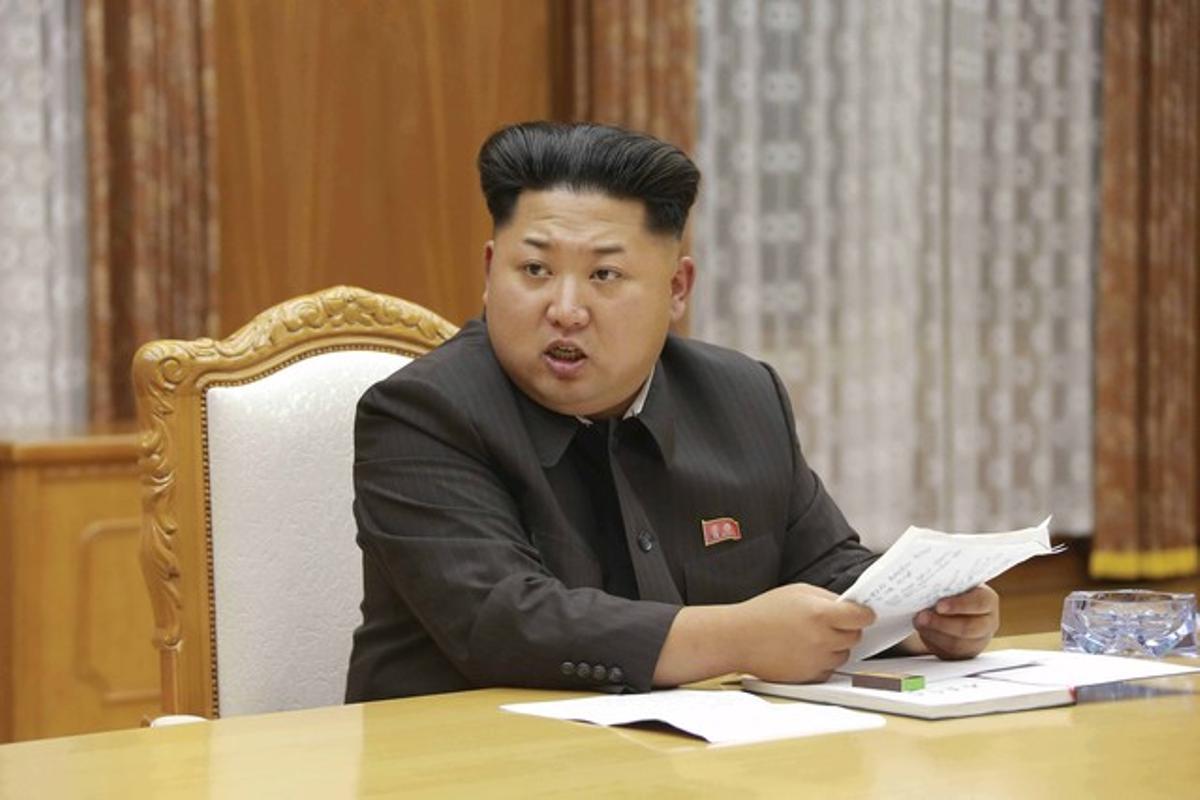 El líder norcoreanoKim Jong-undurante la reunión de emergencia de la Comisión Militar Central de Corea del Norte.