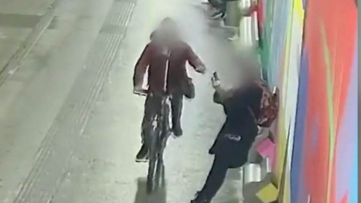 Detenidos dos hombres por robar móviles mientras las víctimas los usaban.