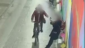 Així robava mòbils d'una estrebada amb bicicleta a Cornellà de Llobregat