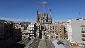 La Sagrada Família, vista desde el otro lado de las comunidades afectadas por el proyecto original, situadas en la calle de Mallorca.