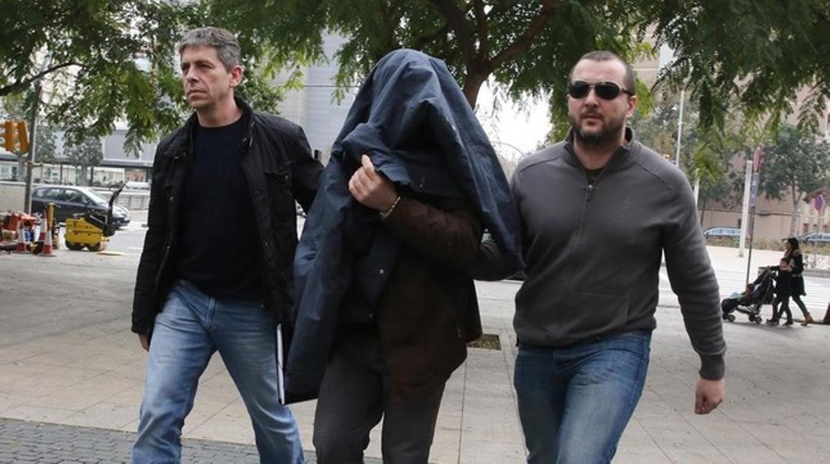 Joaquim Benítezentraen la Ciutat de la Justícia de BCN custodiado por dos mossos.