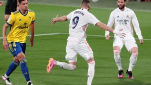 Karim Benzema (c) celebra el primer gol del Madrid ante el Cádiz.