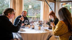 Andoni Luis Aduriz, chef de Mugaritz (izquierda), con Niño de Elche y Eva Rivera, probando el nuevo menú degustación del restaurante.