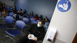 Varios estudiantes de la UB toman apuntes el pasado 14 de octubre.