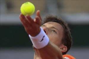 Pablo Carreño ejecuta un saque en su partido contra Altmaier, en Roland Garros.