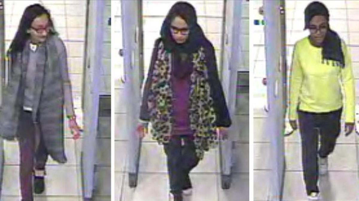 Las tres jóvenes en el aeropuerto de Gatwick, el 17 de febrero, cuando se disponían a tomar su vuelo hacia Turquía.