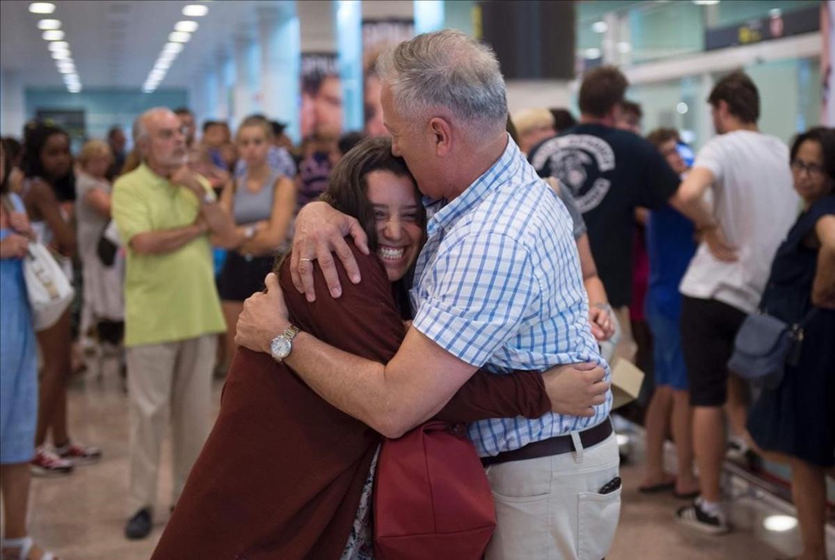 Un padre abraza a su hija en El Prat a su llegada de Estambul.