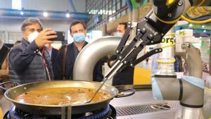 El robot prepara la paella durante una exhibición en el Salón de Innovación en Hostelería H&T de Málaga.