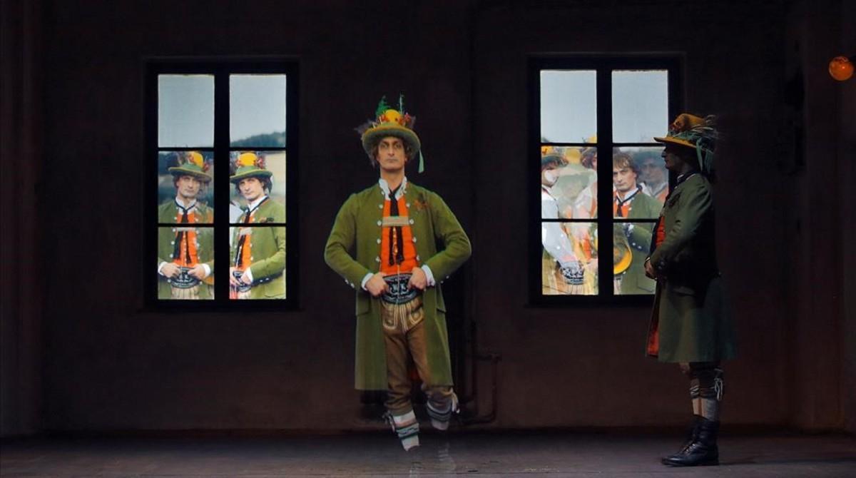Escena de la ópera 'el novio desaparecido', de Klaus Lang, con los hermanos Bubenicek en el escenario y reproducciones videográficas al fondo, dentro de la programación Diskurs Wagner, en el festival de Bayreuth.