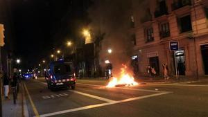 Una furgoneta de los Mossos baja por la Via Laietana de Barcelona, el pasado día 30.
