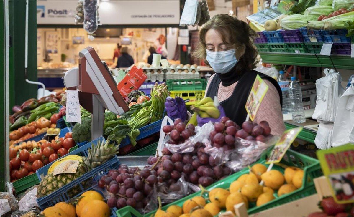 Un puesto de verduras en el mercado municipal de Xabia.