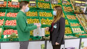 Dos empleados de Mercadona con bolsas compostables.