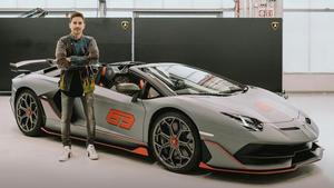 Jorge Lorenzo junto a su nuevo Lamborghini Aventador SVJ Roadster.