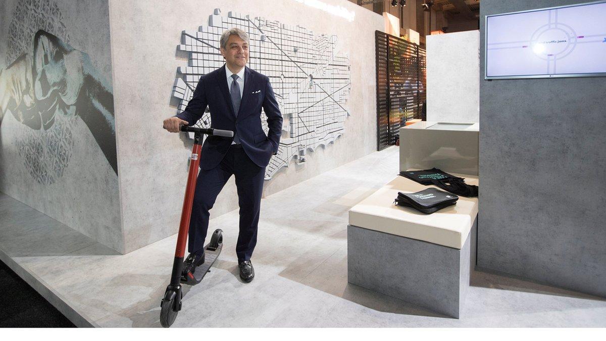 Luca De Meo con el eXS KickScooter de Seat.