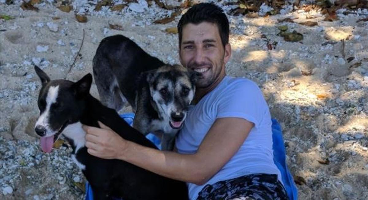 Oriol Mitjà, con sus perros en Papúa, en una imagen de hace unos años.