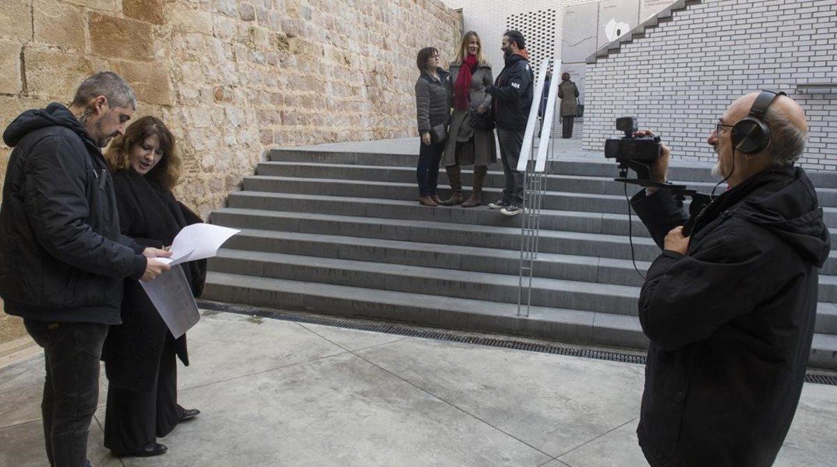 El director del corto, Joan Quiles, y la guionista, Ana Ridao, comentan una escena en el Mercat de Sant Antoni. Con la cámara, Carlos de Pablo, y al fondo, los actores Maite Martín, Vanessa Prat y Aingeru Tellechea.Todos son vecinos del Eixample.