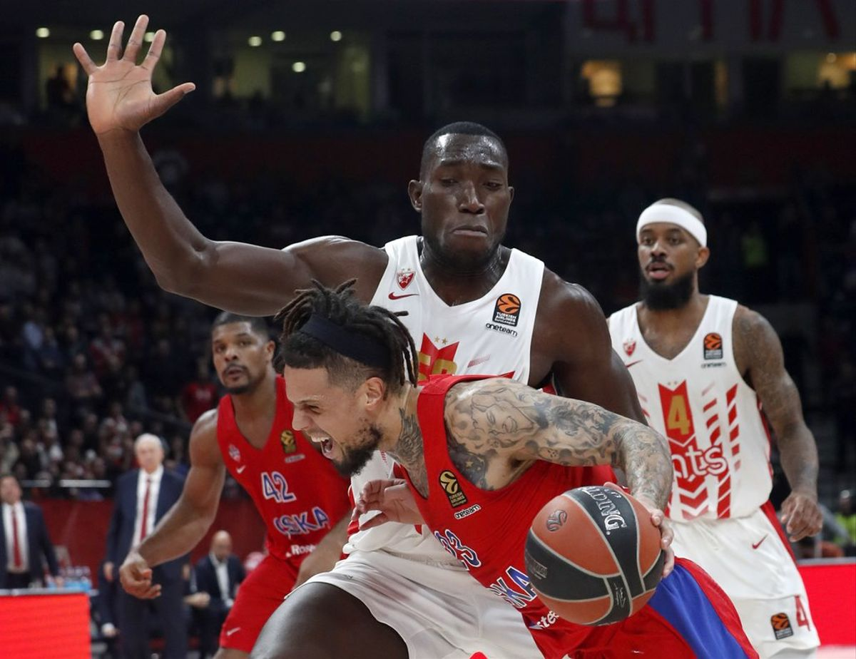Michael Ojo trata de frentar a Daniel Hackett en un partido de Euroliga entre el CSKA y el Estrella Roja.