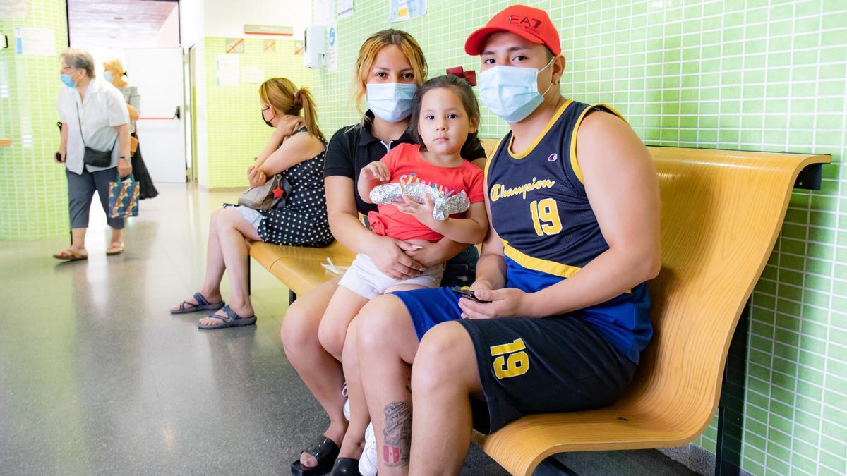 Jefferson i Chirley y su hija de tres años esperan el resultado del test de antígenos en la sala de espera del CAP de Sant Ildefons.