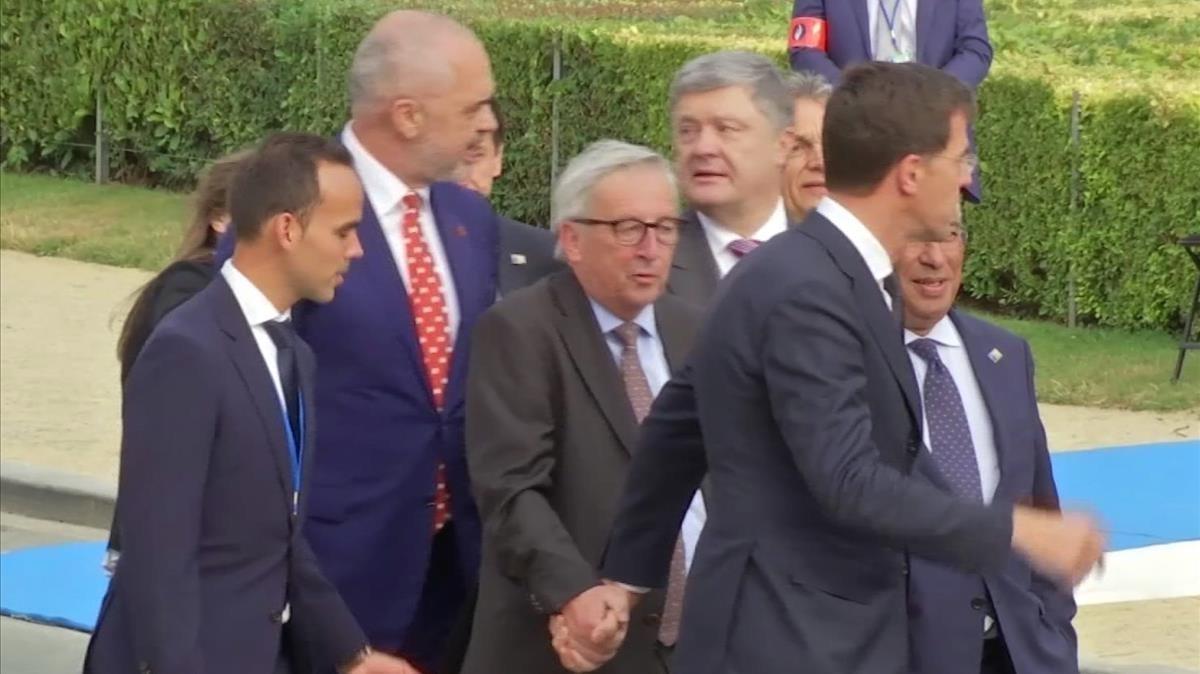 Jean-Claude Juncker recibe la ayuda del primer ministro holandés, Mark Rutte.
