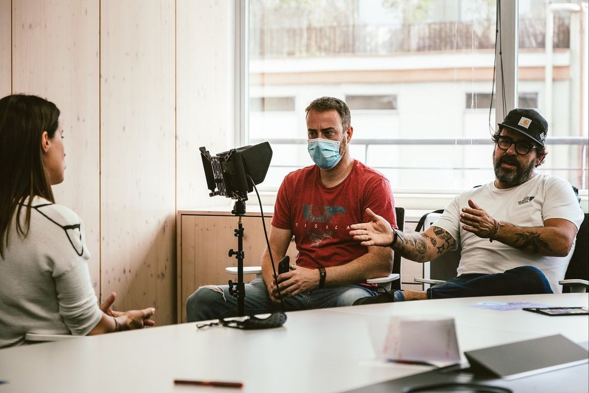 Nacho Ballesta (derecha), rodando el documental 'Una gran familia', sobre Health Warriors.