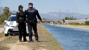 Agentes de la Policía Local de Amposta, donde se ha retirado el cuerpo de la víctima.