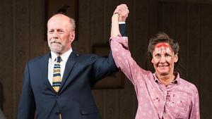 Bruce Willis y Laurie Metcalf, en el estreno de 'Misery'.
