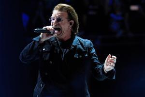 El cantante de la banda irlandesa U2, Bono, durante su concierto en Madrid.