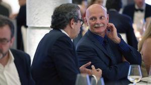 Hoffman, al fondo, conversa con Lluis Sans, sentado junto a Alfred Bosch, en el Hotel Casa Fuster.