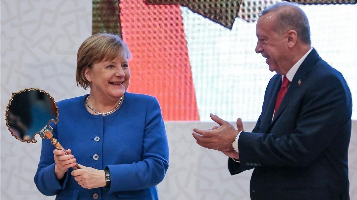Merkel recibe un regalo de Erdogan, este viernes en Estambul.