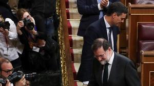 Mariano Rajoy Pedro Sánchez, se saludan tras conocer los resultados de la votación.