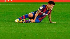 Coutiho se duele de la rodilla tras lesionarse en el Barça-Eibar de diciembre.